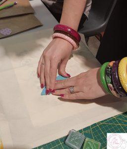 Application des mains lors d'un atelier d'apprentissage à l'impression textile avec tampon gravé à la main