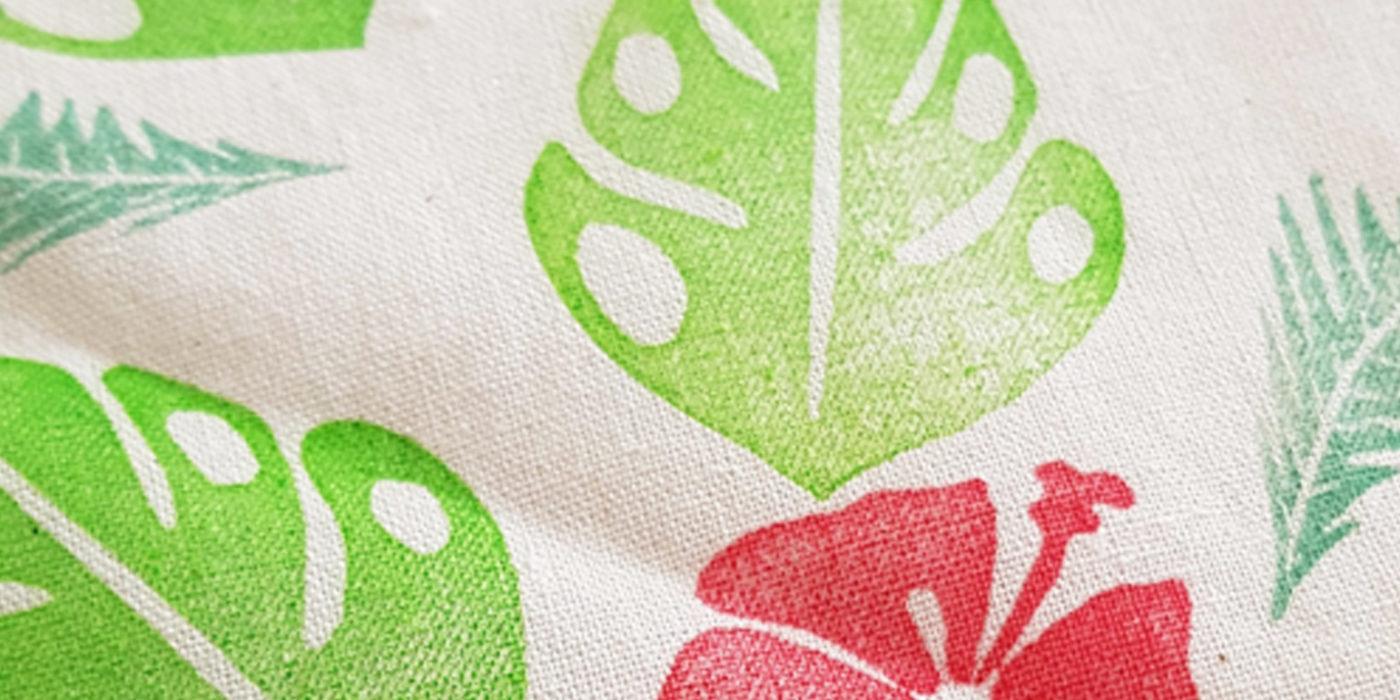 Impression textile avec des tampons gravés main. Thème d'impression tropical, hibiscus, monstera