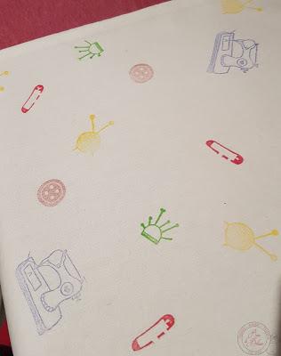 Modèle de motifs couture tamponnés sur un tote bag en tissu. Tampons gravés à la main