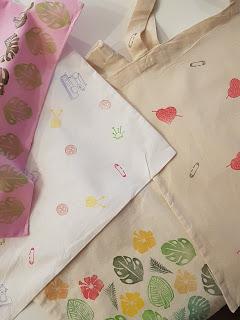 Impression textile sur tote bag, motifs gravés à la main : thème tropical, couture, coeur...
