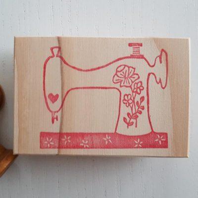 Tampon couture gravé à la main par Rose de Biboun