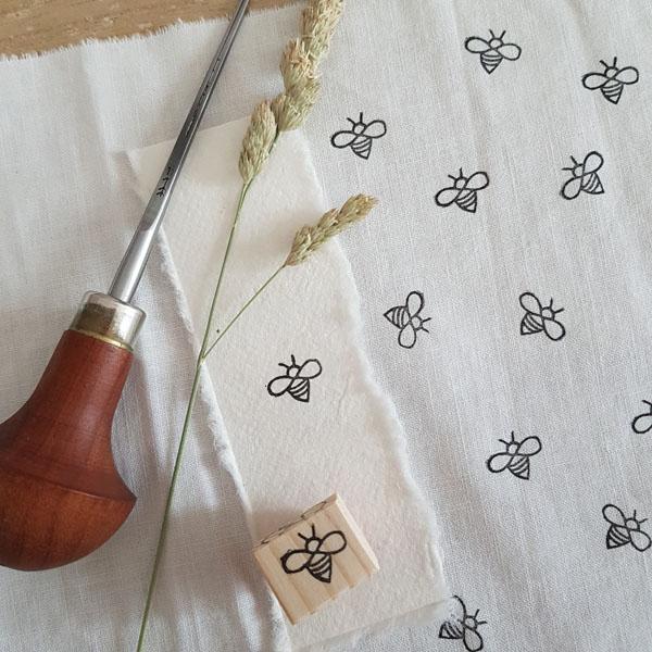 Tampon abeille gravé main impression textile