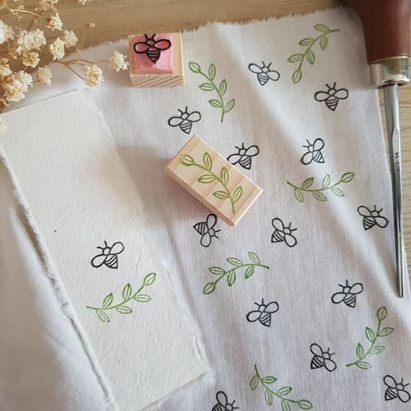 duo de tampons abeille branche de feuilles et main impression textile
